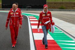 Sebastian Vettel, Ferrari ve Jock Clear, Ferrari Şef Mühendisi ve Riccardo Adami, Ferrari Yarış Mühe