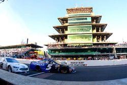 Restart: Kasey Kahne, Hendrick Motorsports Chevrolet, Brad Keselowski, Team Penske Ford