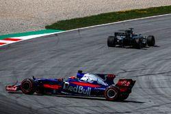 Romain Grosjean, Haas F1 Team VF-17 passeert de spinnende Carlos Sainz Jr., Scuderia Toro Rosso STR1