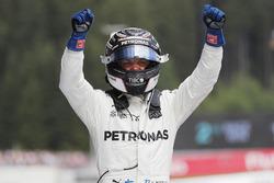 Il vincitore della gara Valtteri Bottas, Mercedes AMG F1 festeggia nel parco chiuso