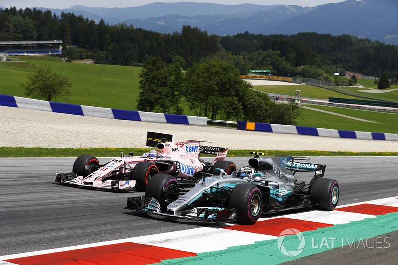 Valtteri Bottas, Mercedes AMG F1 W08, accanto a Sergio Perez, Sahara Force India F1 VJM10
