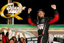 Ganador de la carrera Martin Truex Jr., Furniture Row Racing Toyota