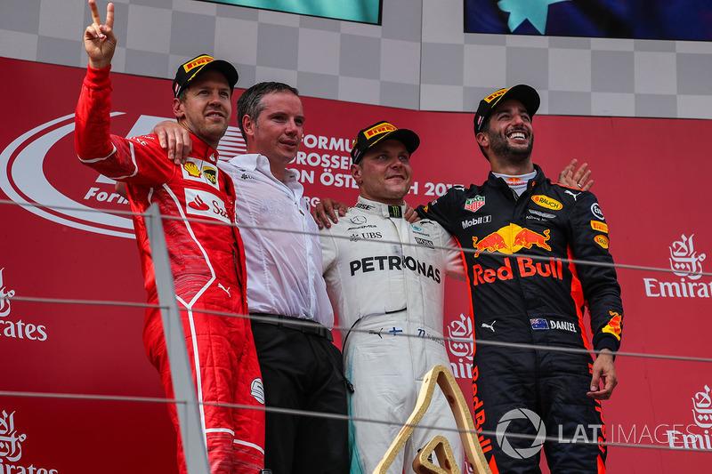 Подіум: переможець гонки гонки Валттері Боттас, Mercedes AMG F1, друге місце Себастьян Феттель, Ferr