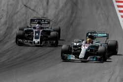 Lewis Hamilton, Mercedes-Benz F1 W08 en Romain Grosjean, Haas F1 Team VF-17