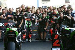 Il vincitore della gara Jonathan Rea, Kawasaki Racing e il secondo Tom Sykes, Kawasaki racing, festeggiano con la squadra