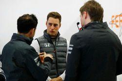 Stoffel Vandoorne, McLaren, con los ingenieros
