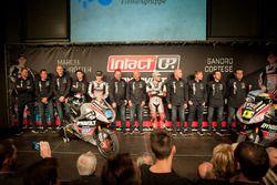 Marcel Schrötter y Sandro Cortese, Dynavolt Intact GP con el equipo