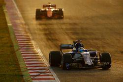 Marcus Ericsson, Sauber C36, devant Stoffel Vandoorne, McLaren MCL32