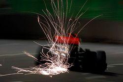 Funkenflug: Lewis Hamilton, McLaren MP4-24