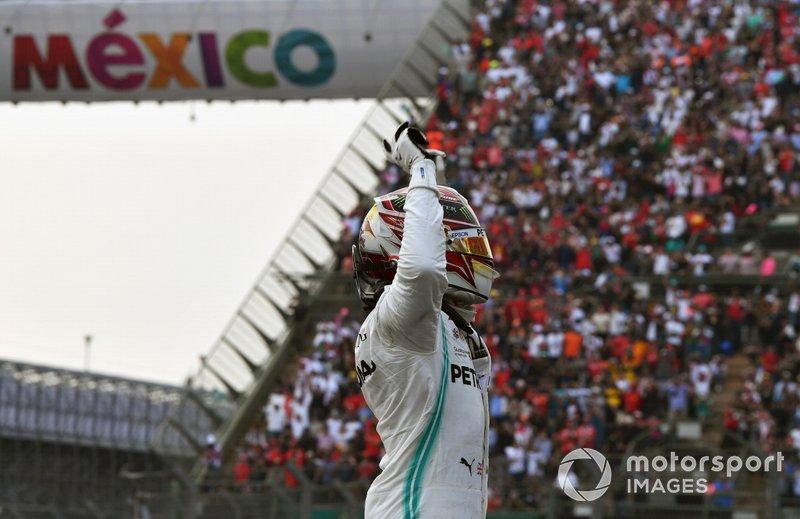 Lewis Hamilton, Mercedes AMG F1, primo classificato, festeggia al Parc Ferme