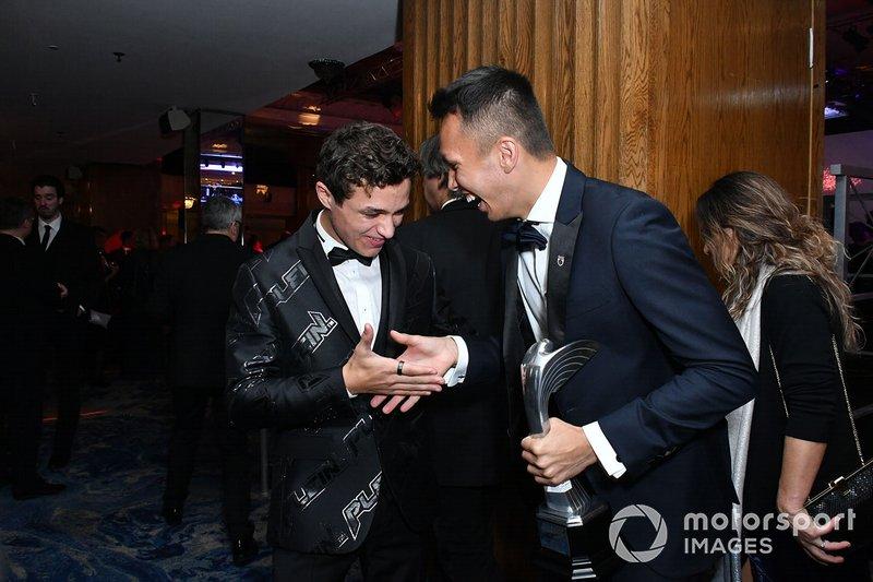 Lando Norris, McLaren, en Alexander Albon, Red Bull Racing, lachen na de Awards-ceremonie