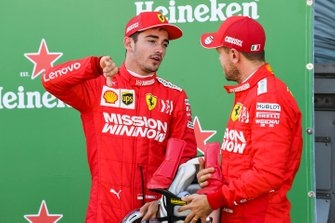 Charles Leclerc, Ferrari, et le poleman Sebastian Vettel, Ferrari, après les qualifications