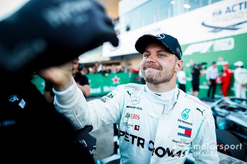 El ganador de la carrera Valtteri Bottas, Mercedes AMG F1 celebra en el Parc Ferme