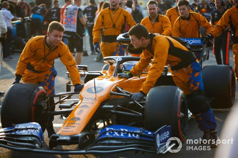 Lando Norris, McLaren MCL34, arriva sulla griglia con i meccanici