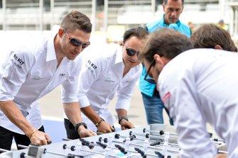 Edoardo Mortara, Venturi, Felipe Massa, Venturi juegan al futbolín contra los pilotos de DS Techeetah