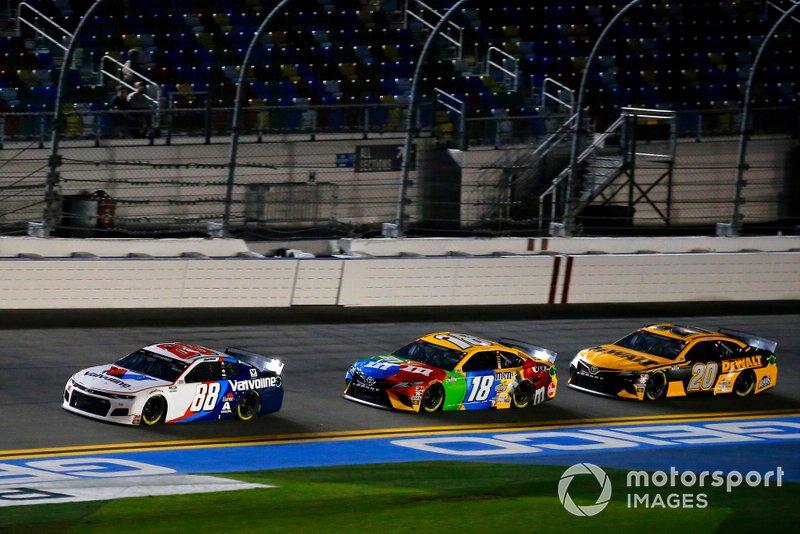 Alex Bowman, Hendrick Motorsports, Chevrolet Camaro Valvoline, Kyle Busch, Joe Gibbs Racing, Toyota Camry M&M's