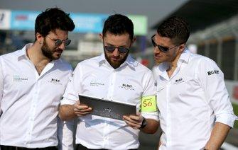 Edoardo Mortara, Venturi walks the track with members of his team
