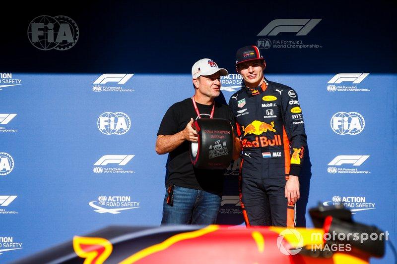 Il poleman Max Verstappen, Red Bull Racing riceve il Pirelli Pole Position Award da Rubens Barrichello
