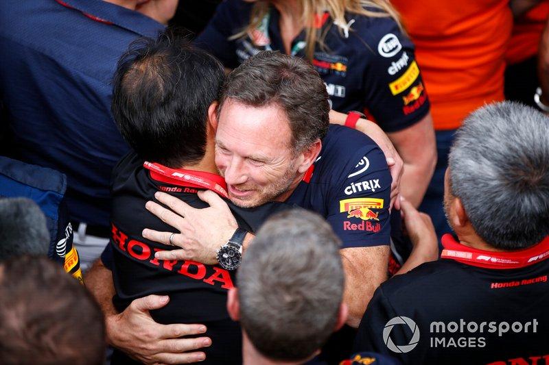 Toyoharu Tanabe, Director Técnico de F1, Honda, y Christian Horner, Director de Equipo, Red Bull Racing, celebran en Parc Ferme