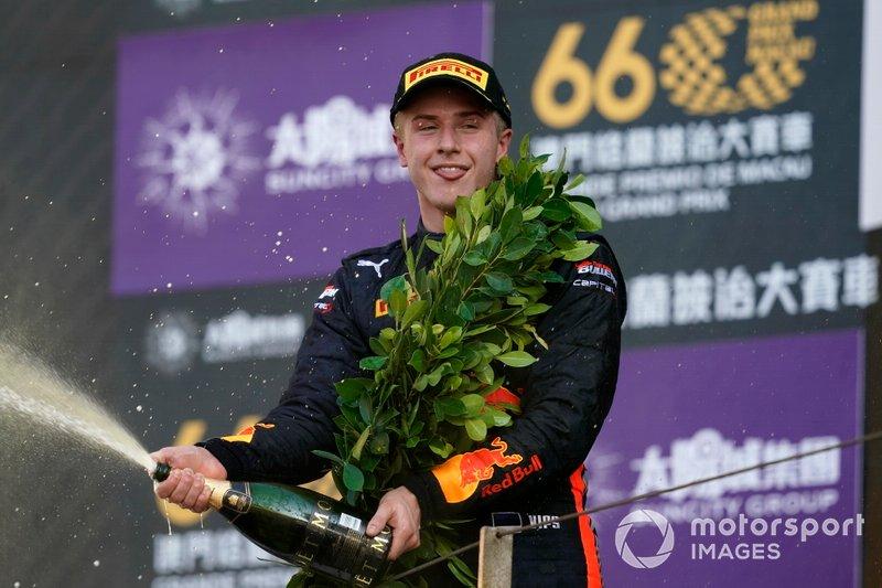 Podio: segundo Jüri Vips, Hitech Grand Prix