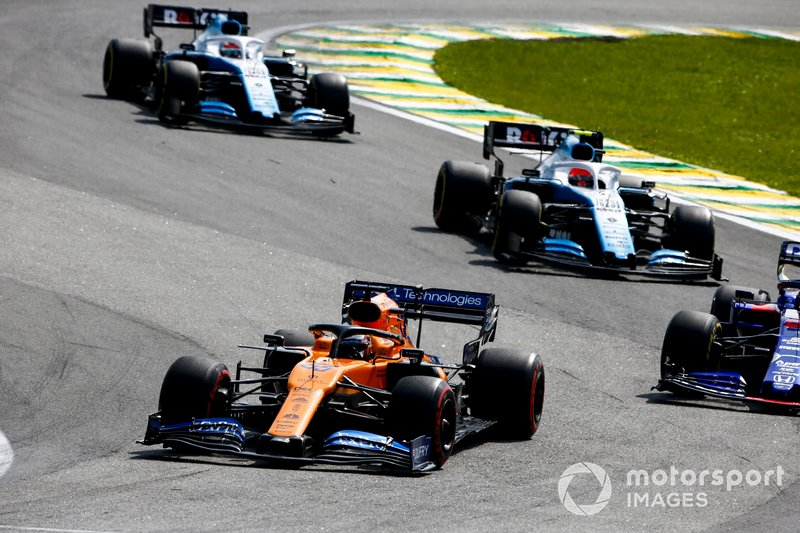 Carlos Sainz Jr., McLaren MCL34, precede Daniil Kvyat, Toro Rosso STR14, Robert Kubica, Williams FW42, e George Russell, Williams Racing FW42