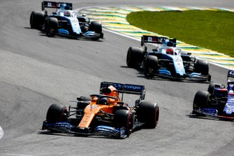 Carlos Sainz Jr., McLaren MCL34, leads Daniil Kvyat, Toro Rosso STR14, Robert Kubica, Williams FW42, and George Russell, Williams Racing FW42