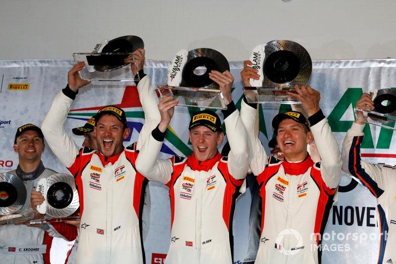 Podio: ganadores #31 Frikadelli Racing Team Porsche 911 GT3 R: Dennis Olsen, Mathieu Jaminet, Nick Tandy