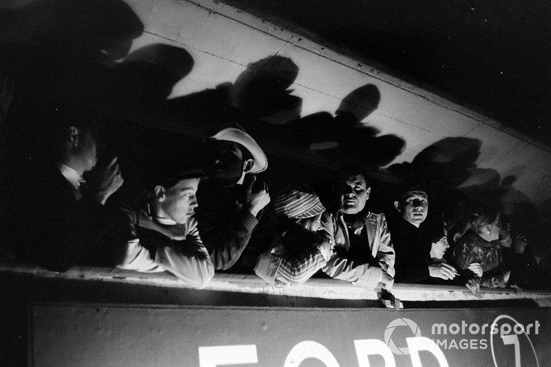 1966 год. Зрители на балконе над боксами Ford