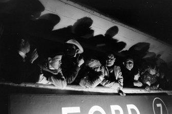 Fan sopra ai box della Ford durante la notte alla 24 ore di Le Mans