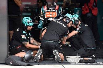 Petronas Yamaha SRT teamleden aan het werk