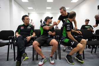Leon Haslam, Kawasaki Racing Team, mit Ichiro Yoda und Manuel Puccetti