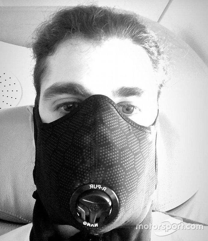 Antonio Giovinazzi in volo per Melbourne con la mascherina