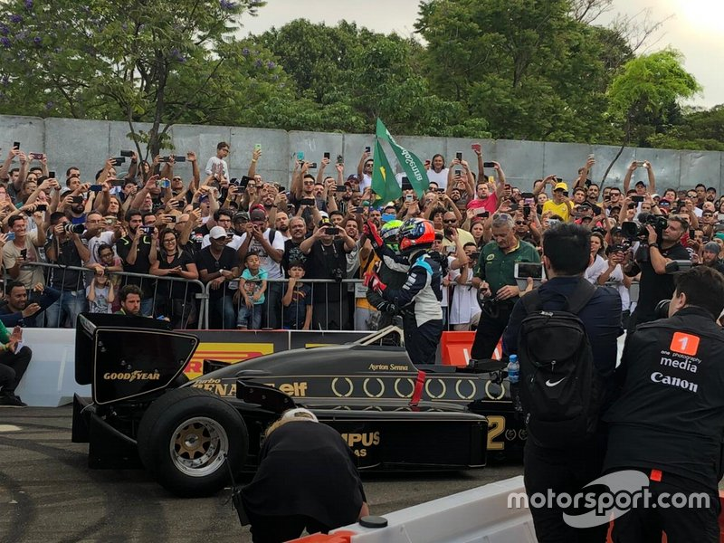 Massa e Emerson Fittipaldi com a bandeira do Brasil ao lado da Lotus no Festival Senna Tribute