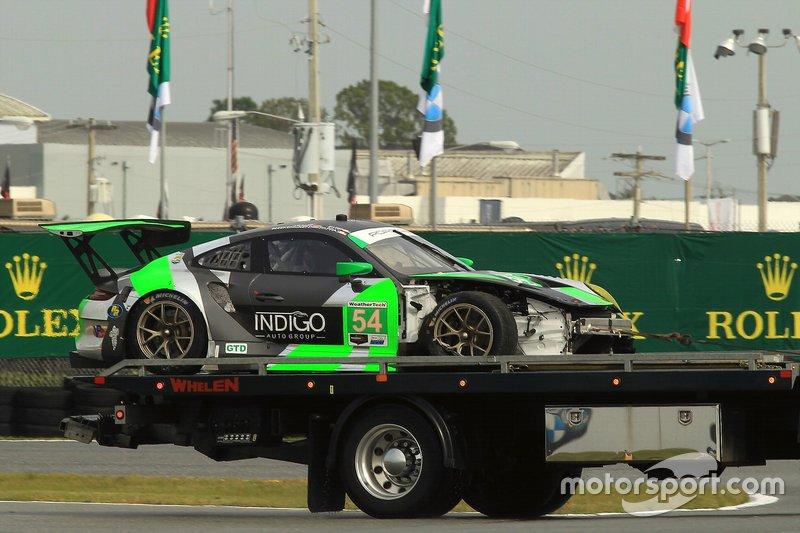Bergung des Unfallautos: #54 Black Swan Racing, Porsche 911 GT3 R, GTD: Jeroen Bleekemolen, Sven Muller, Trenton Estep