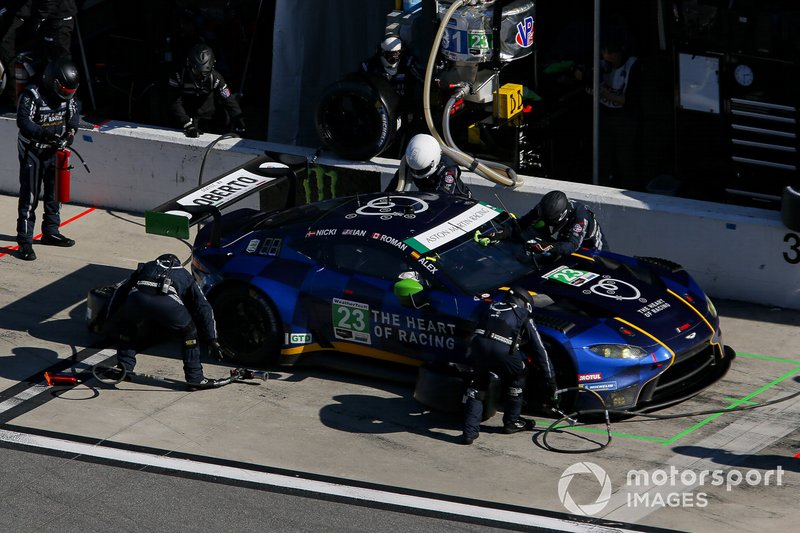#23 Heart Of Racing Team Aston Martin Vantage GT3, GTD: Roman De Angelis, Nicki Thiim, Ian James, Alex Riberas, pit stop