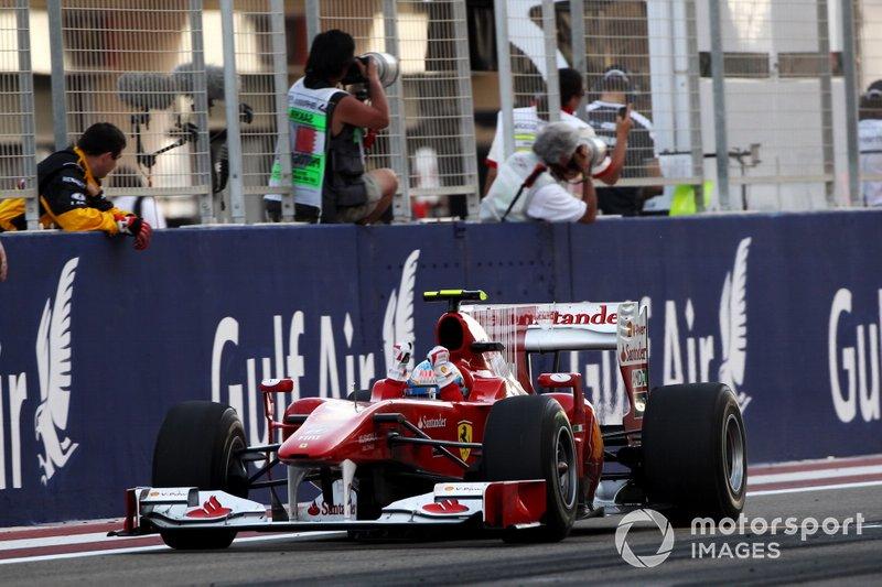 Il vincitore della gara Fernando Alonso, Ferrari F10, al GP di Gran Bretagna del 2010