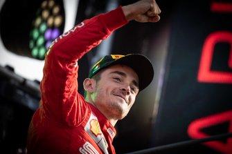 Il vincitore della gara Charles Leclerc, Ferrari, festeggia sul podio al GP d'Italia del 2019