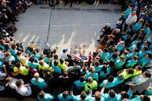 Valtteri Bottas, Mercedes AMG F1, 1e plaats, Lewis Hamilton, Mercedes AMG F1, 2e plaats, en het Mercedes team vieren feest