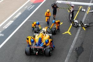 Lando Norris, McLaren MCL34, suffers an issue with his left front during his first pit stop