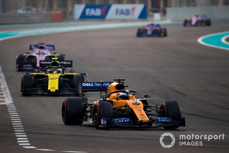 Carlos Sainz Jr., McLaren MCL34, precede Nico Hulkenberg, Renault F1 Team R.S. 19, e Sergio Perez, Racing Point RP19