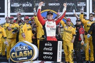 Ganador Erik Jones, Joe Gibbs Racing, Toyota Camry Sports Clips