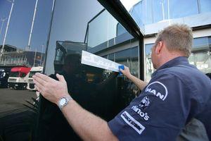 Un adesivo Spyker viene applicato a un camion MF1/Midland Racing