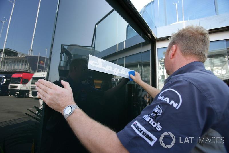 Las pegatinas de Spyker se agregan a los camiones MF1 / Midland Racing