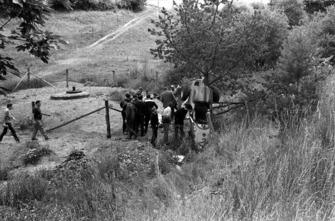 После аварии: окруженный зрителями Карел-Годен де Бофор в критическом состоянии