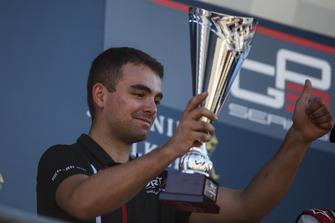 Miembro de ART Grand Prix recibe el trofeo