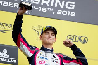 Podium: Racewinnaar Logan Sargeant, R-Ace GP