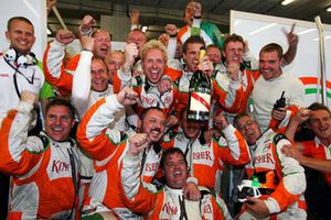 The Force India F1 Team mechanics celebrate second position for Giancarlo Fisichella, Force India F1