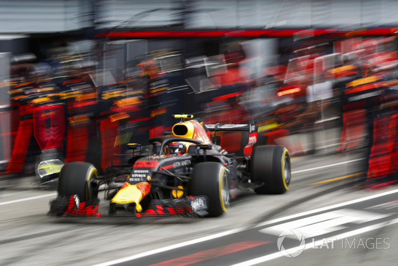 Max Verstappen, Red Bull Racing RB14 Tag Heuer, pits