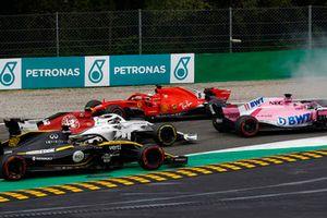 Sebastian Vettel, Ferrari SF71H, obraca się na pierwszym okrążeniu po kontakcie z Lewisem Hamiltonem, Mercedes AMG F1 W09, wyprzedza go Max Verstappen, Red Bull Racing RB14