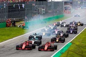 Kimi Raikkonen, Ferrari SF71H, Sebastian Vettel, Ferrari SF71H, Lewis Hamilton, Mercedes AMG F1 W09, Valtteri Bottas, Mercedes AMG F1 W09, Max Verstappen, Red Bull Racing RB14 Tag Heuer, et le reste du peloton au départ